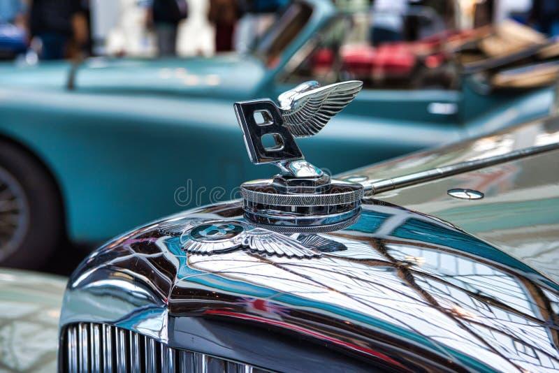 FRIEDRICHSHAFEN, MAJ - 2019: beżowa BENTLEY derby TOURER cabrio 1937 terenówka przy Motorworld klasykami Bodensee na Maju 11, 201 obraz royalty free