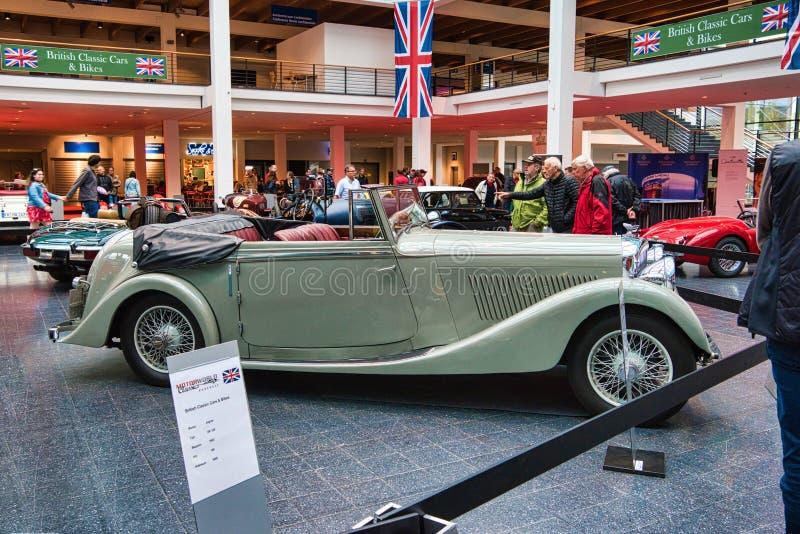 FRIEDRICHSHAFEN, MAJ - 2019: beżowa BENTLEY derby TOURER cabrio 1937 terenówka przy Motorworld klasykami Bodensee na Maju 11, 201 zdjęcia royalty free