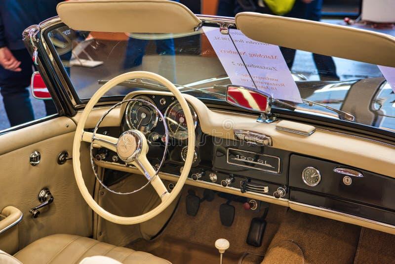 FRIEDRICHSHAFEN - MAJ 2019: beige inre av den MERCEDES-BENZ 190 SL cabrioroadster 1961 på Motorworld klassiker Bodensee på Maj 11 royaltyfri fotografi