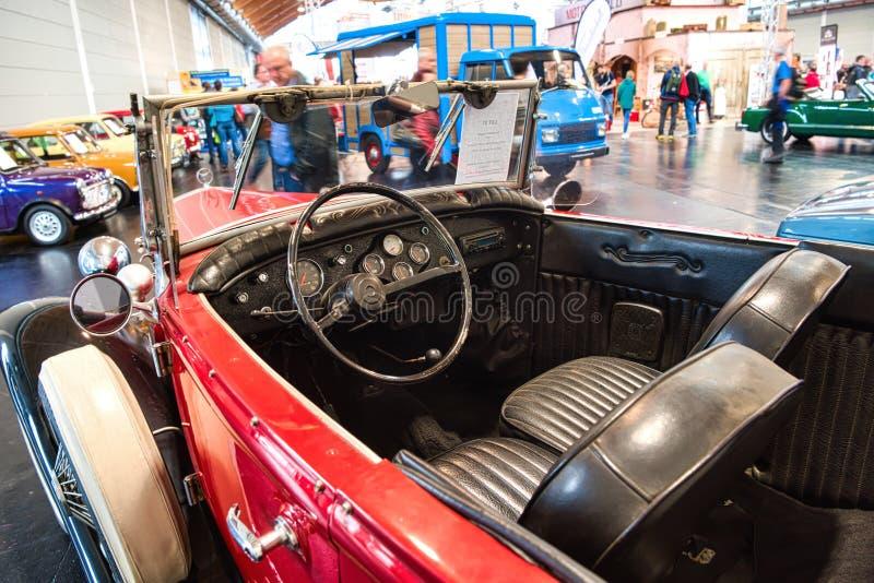 FRIEDRICHSHAFEN, MAJ - 2019: czarny rzemienny wnętrze czerwona FORD modela A cabrio 1930 terenówka przy Motorworld klasykami Bode fotografia stock