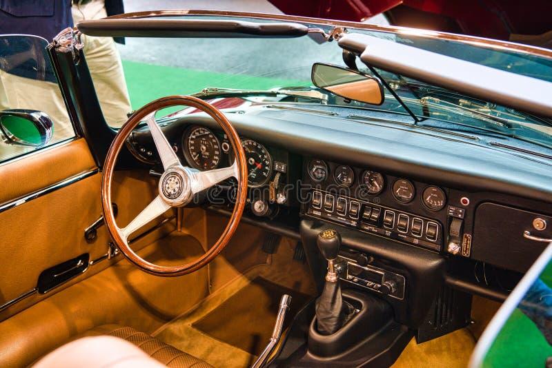 FRIEDRICHSHAFEN - MAJ 2019: inre av den JAGUAR E-TYPE V12 cabrioroadster 1974 på Motorworld klassiker Bodensee på Maj 11, 2019 in fotografering för bildbyråer