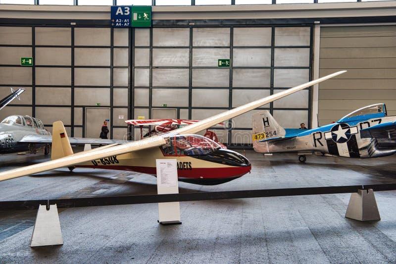FRIEDRICHSHAFEN - MAJ 2019: plan KA 7 1962 för vit röd glidflygplan på Motorworld klassiker Bodensee på Maj 11, 2019 i Friedrichs royaltyfri bild