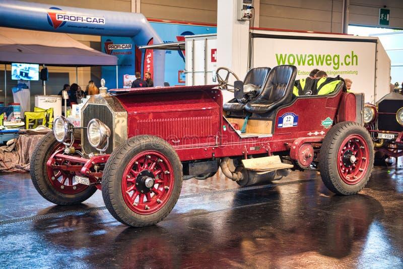 FRIEDRICHSHAFEN - MAJ 2019: röd LANCIA GAMMA 20 HP TIPO 55 1910 cabrio på Motorworld klassiker Bodensee på Maj 11, 2019 in arkivbilder