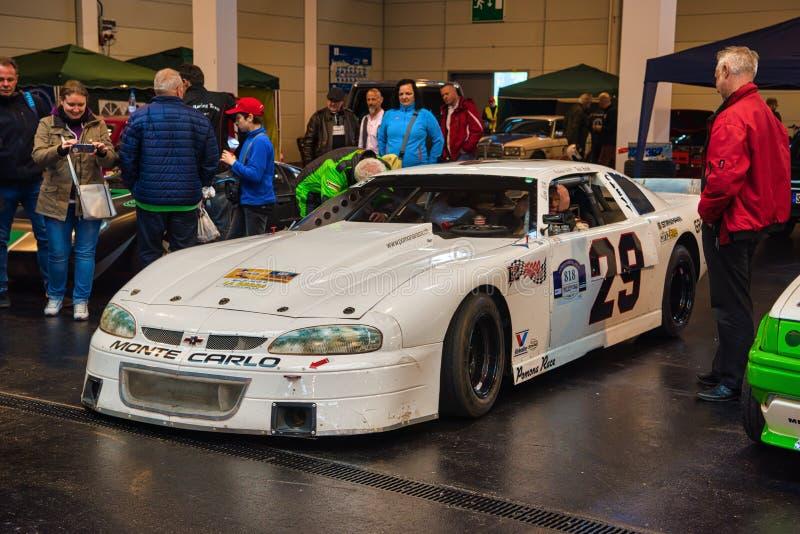 FRIEDRICHSHAFEN - MAYO DE 2019: CHEVROLET CAMARO blanco max LAGOD NASCAR en las obras clásicas Bodensee de Motorworld el 11 de ma imágenes de archivo libres de regalías