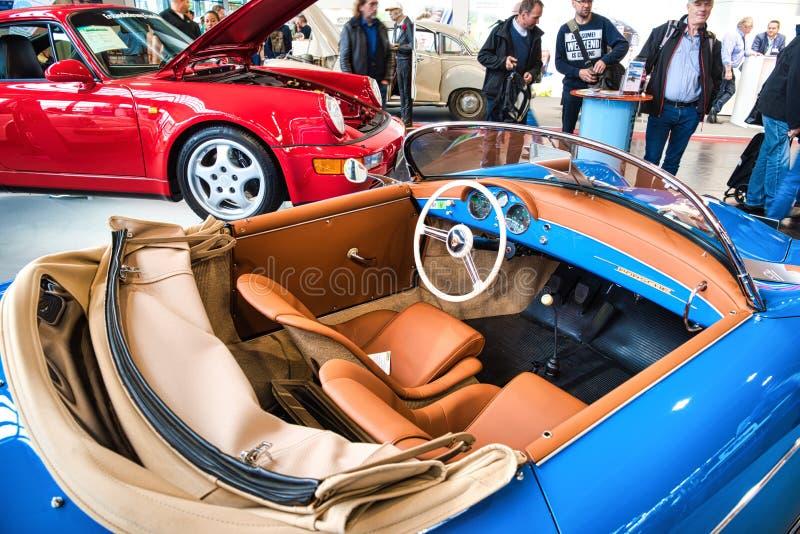 FRIEDRICHSHAFEN - MAYO DE 2019: interior anaranjado de PORSCHE azul 356 1948 cabrio en las obras clásicas Bodensee de Motorworld  fotos de archivo libres de regalías
