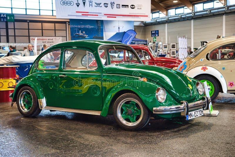 FRIEDRICHSHAFEN - MAYO DE 2019: VW verde VOLKSWAGEN BEETLE MÉXICO 1984 en las obras clásicas Bodensee de Motorworld el 11 de mayo imágenes de archivo libres de regalías