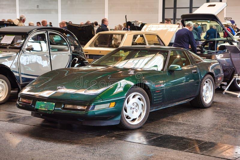 FRIEDRICHSHAFEN - MEI 2019: donkergroene CHEVROLET-KORVETc4 1995 coupé bij Motorworld-Schrijvers uit de klassieke oudheid Bodense stock afbeeldingen