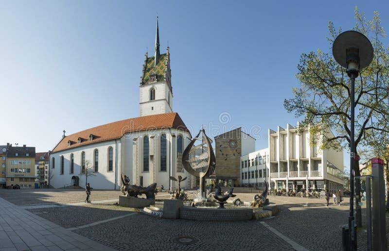 FRIEDRICHSHAFEN TYSKLAND - APRIL 20, 2016: St Nikolaus Church och stadshus i Friedrichshafen royaltyfria foton