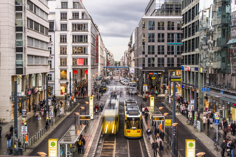 Friedrichstrasse gata i Berlin royaltyfria foton