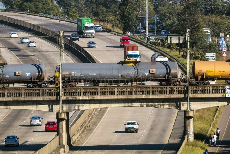 Frieght-Zug, der über beschäftigte Landstraße N3 überschreitet lizenzfreies stockfoto