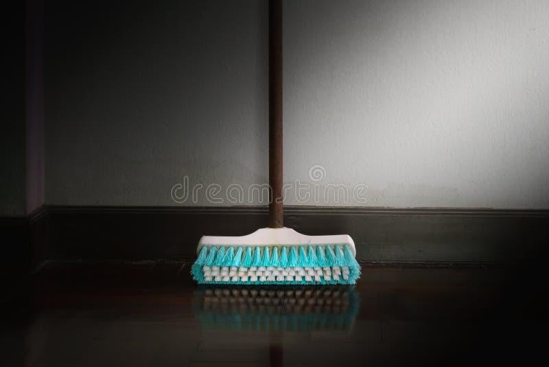 Friegue el magro del cepillo contra la pared imagen de archivo libre de regalías