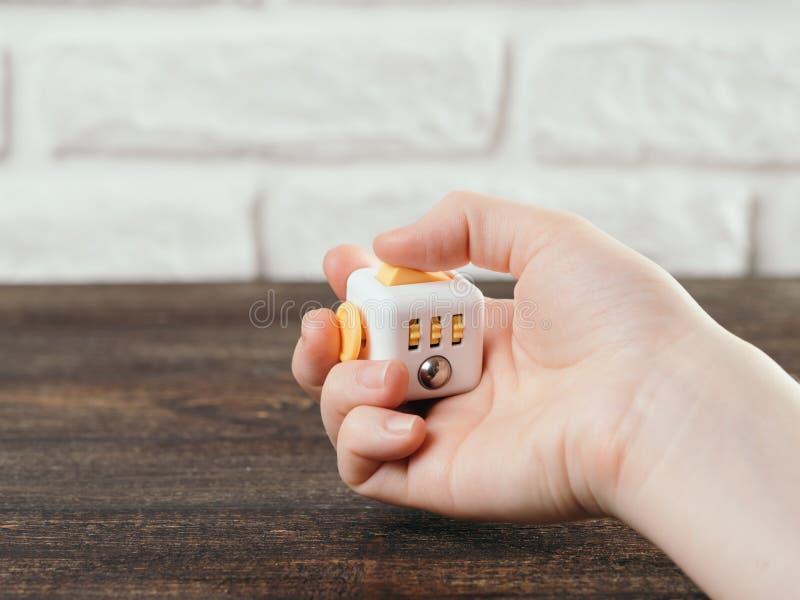 Friemel de vingersstuk speelgoed van de kubusspanning stock fotografie
