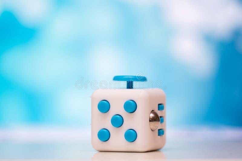 Friemel kubus antispanningsstuk speelgoed Het detail van het stuk speelgoed van het vingerspel wordt gebruikt die voor ontspant G stock fotografie