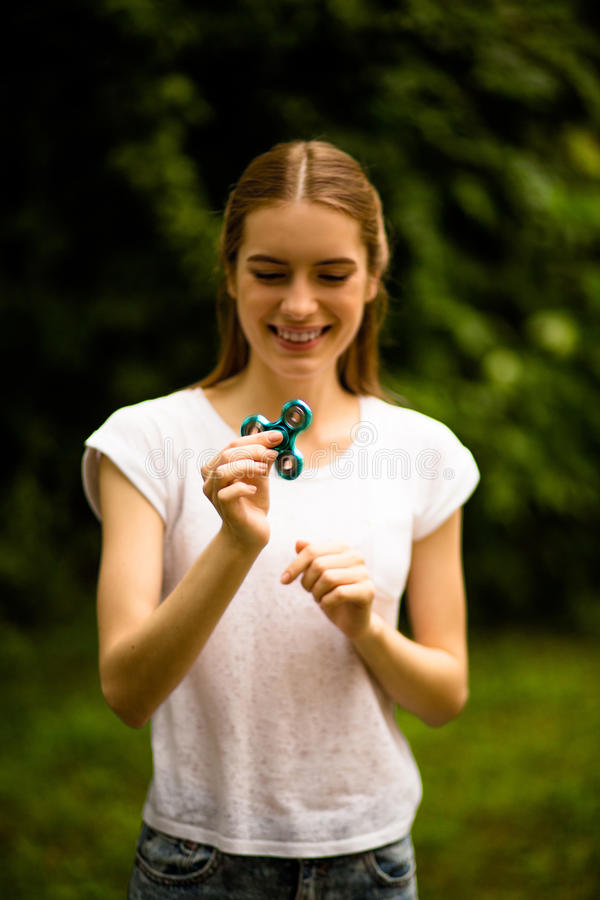 Friemel spinner in handen van jong mooi meisje royalty-vrije stock afbeeldingen