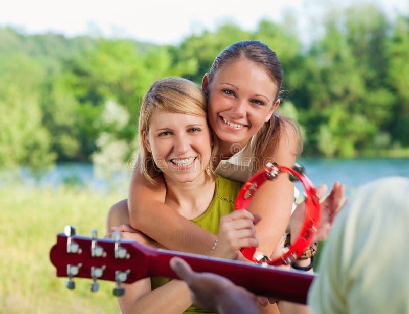 friends guitar playing στοκ φωτογραφία με δικαίωμα ελεύθερης χρήσης