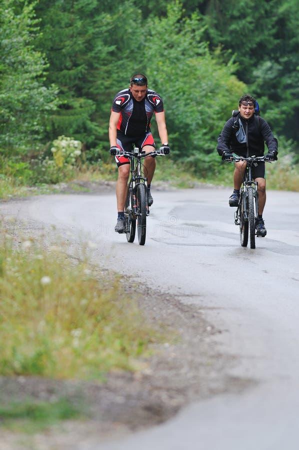 Friendshiop al aire libre en la bici de montaña fotografía de archivo libre de regalías