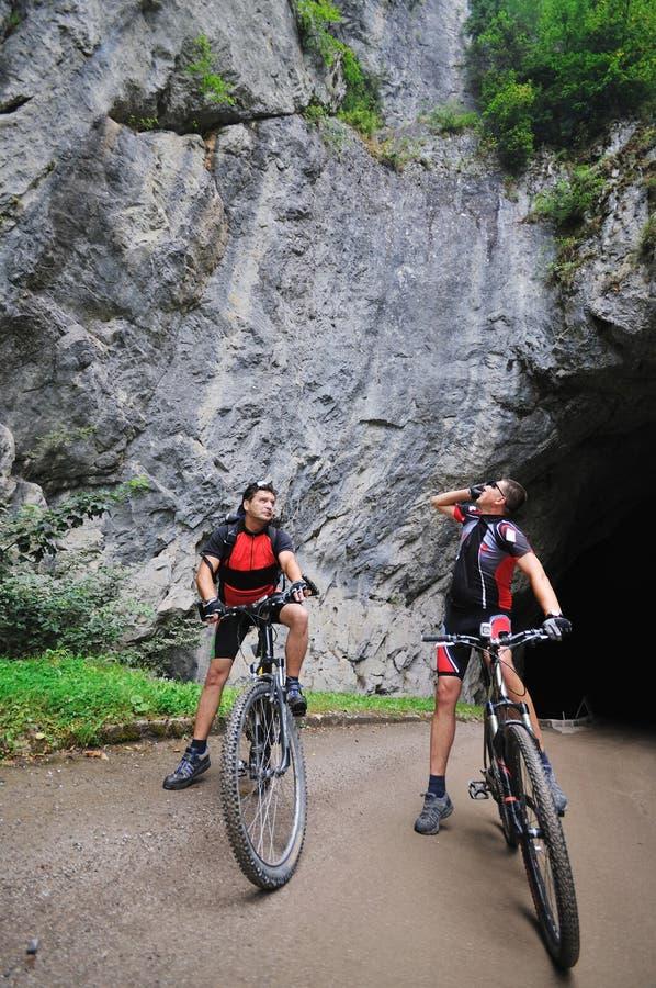 Friendshiop al aire libre en la bici de montaña fotos de archivo