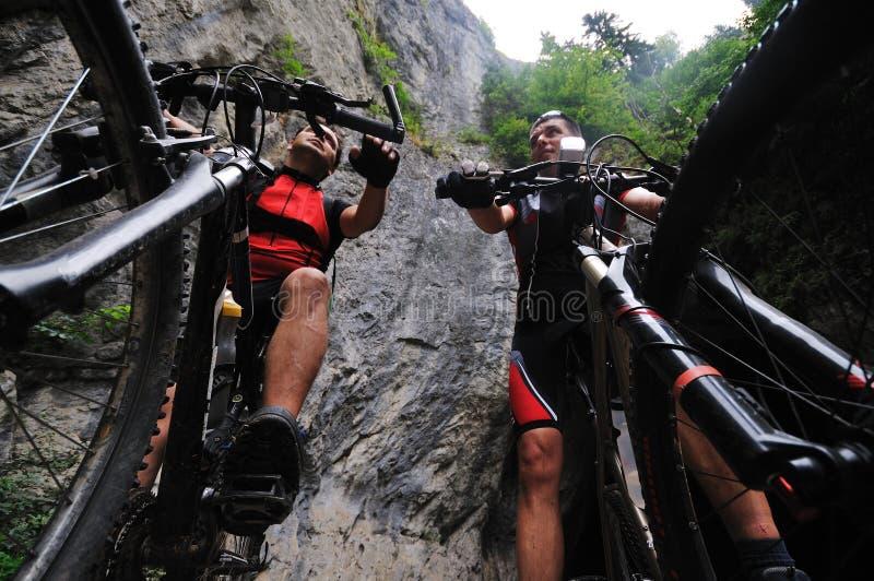 Friendshiop al aire libre en la bici de montaña fotos de archivo libres de regalías