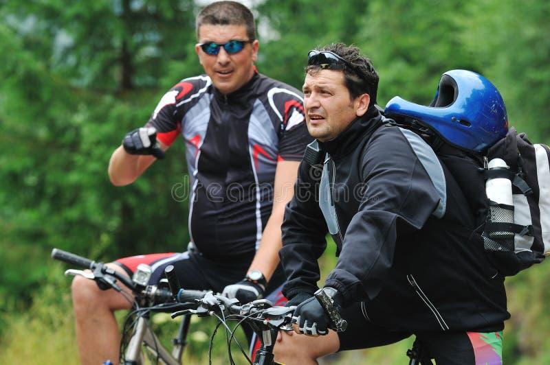 Friendshiop al aire libre en la bici de montaña fotografía de archivo