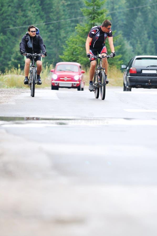 Friendshiop al aire libre en la bici de montaña imagenes de archivo