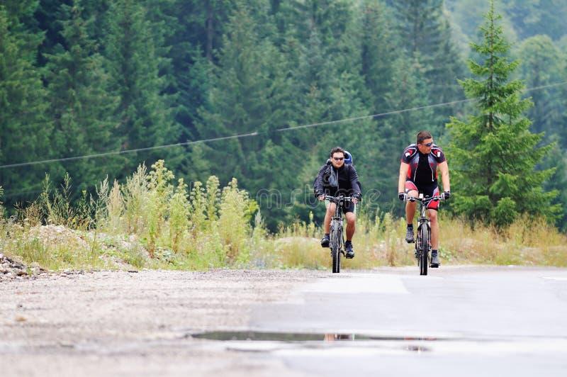 Friendshiop al aire libre en la bici de montaña foto de archivo