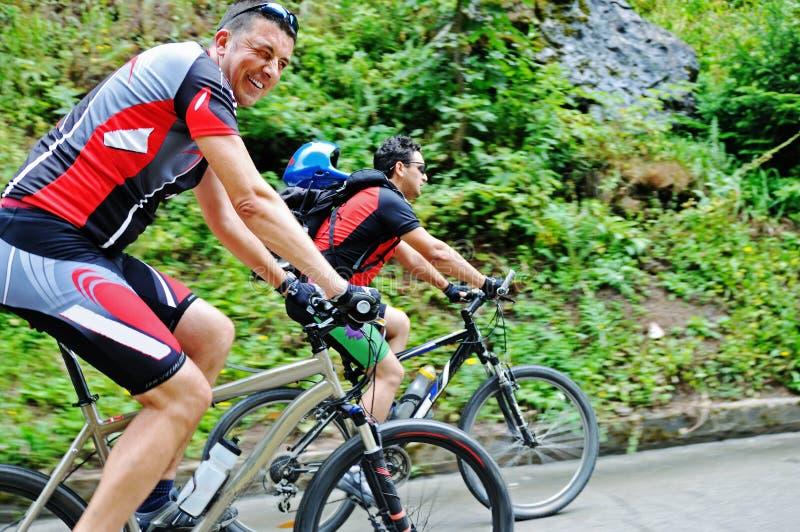 Friendshiop al aire libre en la bici de montaña imágenes de archivo libres de regalías