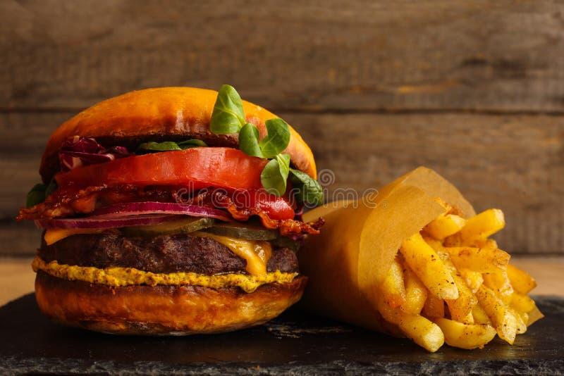 Fries бургера и франчуза стоковое изображение