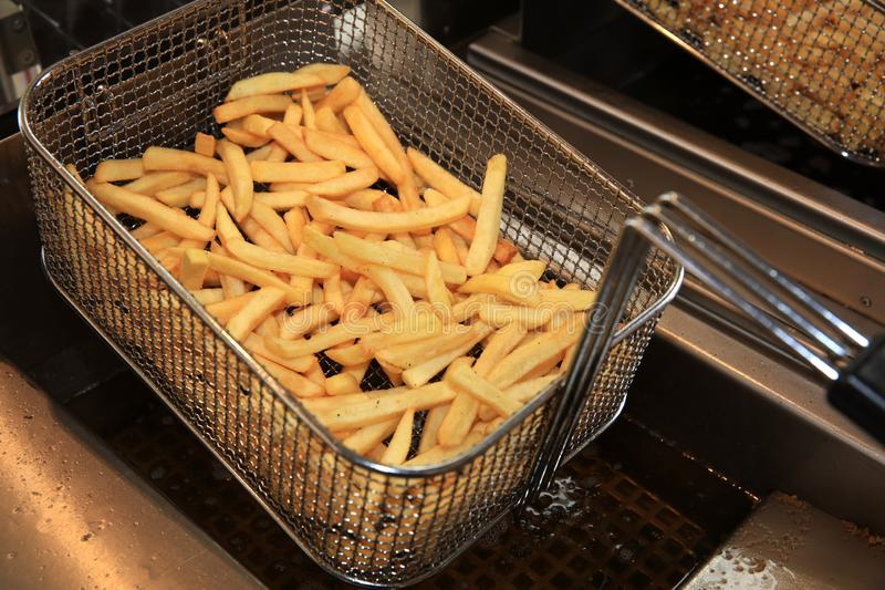 Fries in Fry steel Basket on Street Market in Duitsland royalty-vrije stock foto