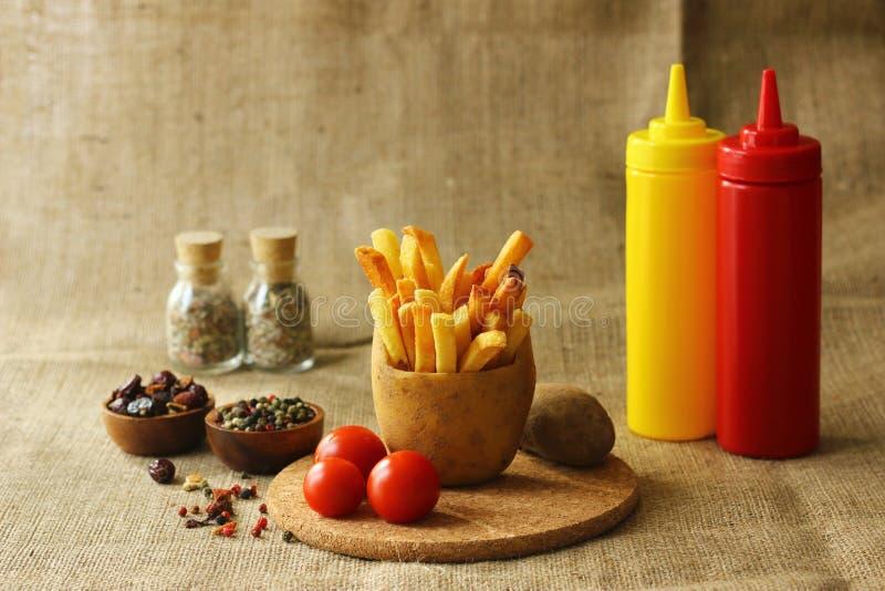 Frieten in aardappel stock afbeelding