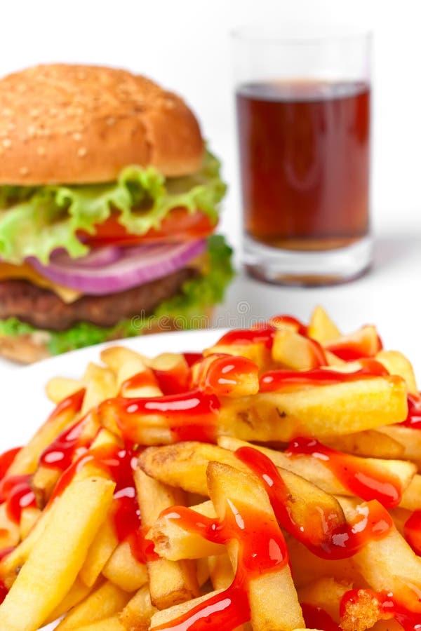 Frieten, cheeseburger, kola stock fotografie