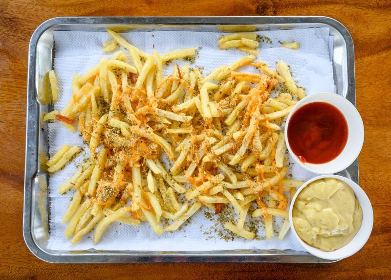 Frieten die met kaas, orego en tomaat, mayonaisesaus worden bedekt royalty-vrije stock foto's