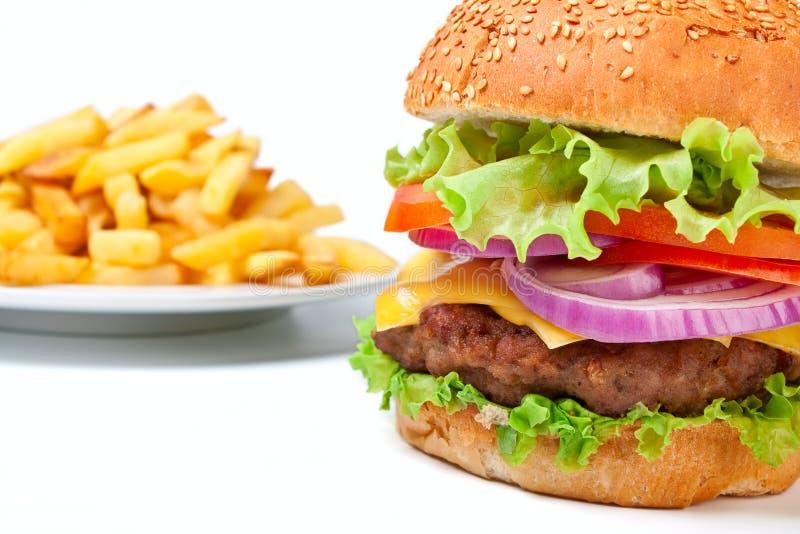 Frieten en grote cheeseburger stock afbeelding