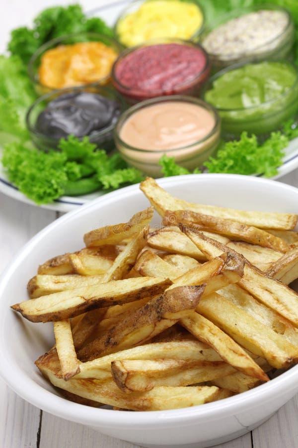 Frieten met geassorteerde mayonaisesaus stock afbeeldingen