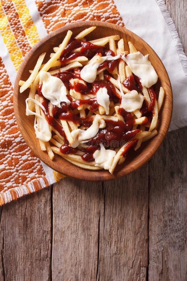 Frieten met jus en kaas Verticale hoogste mening stock fotografie