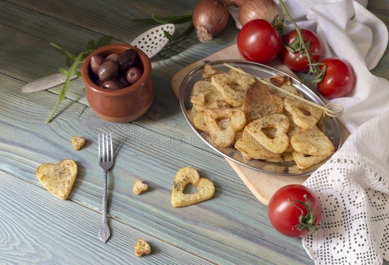 Frieten op een houten lijst stock afbeelding