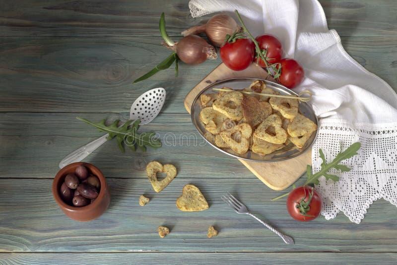 Frieten op een houten lijst stock afbeeldingen