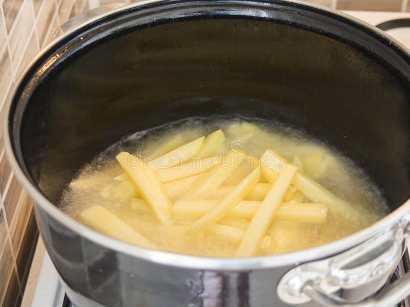 Frieten in pan stock afbeeldingen