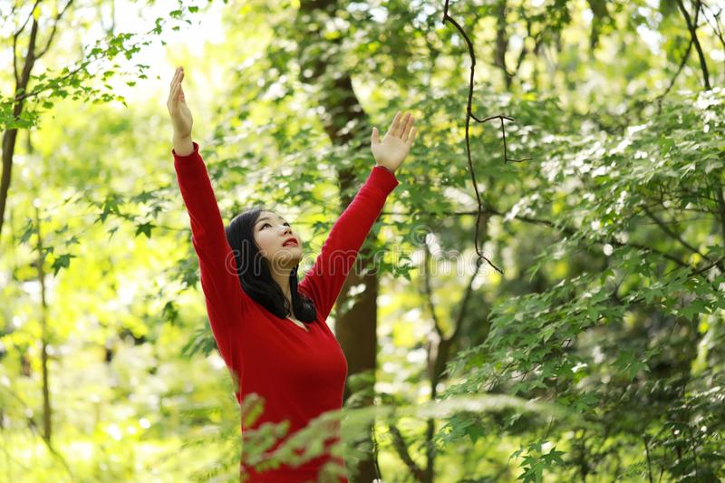 Frigör den lyckliga kvinnan för frihet som känner sig vid liv och, i naturandningrengöring och ny luft arkivbilder