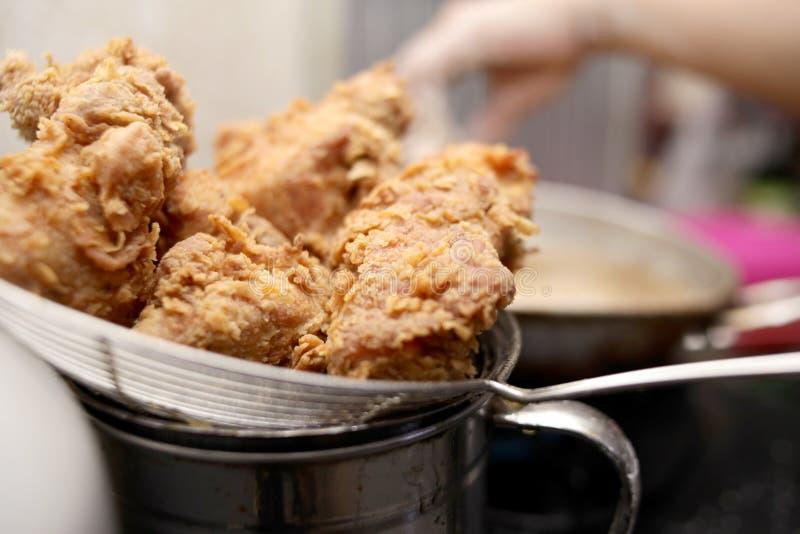 Frigga nel grasso bollente Fried Fried Chicken fotografia stock