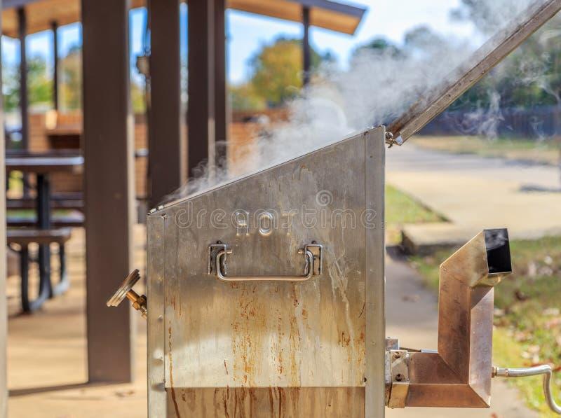 Friggitrice che emette fumo o vapore da calore immagine stock