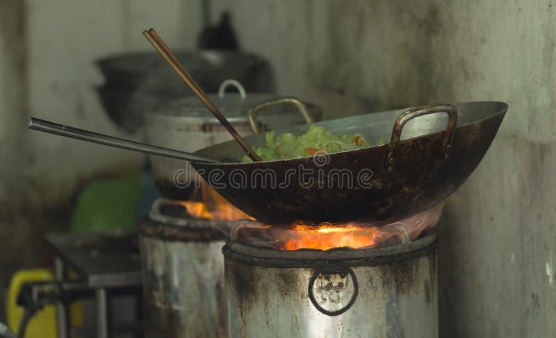 Frigideira chinesa com os vegetais no fogão com brasas em Hanoi Vietname imagens de stock