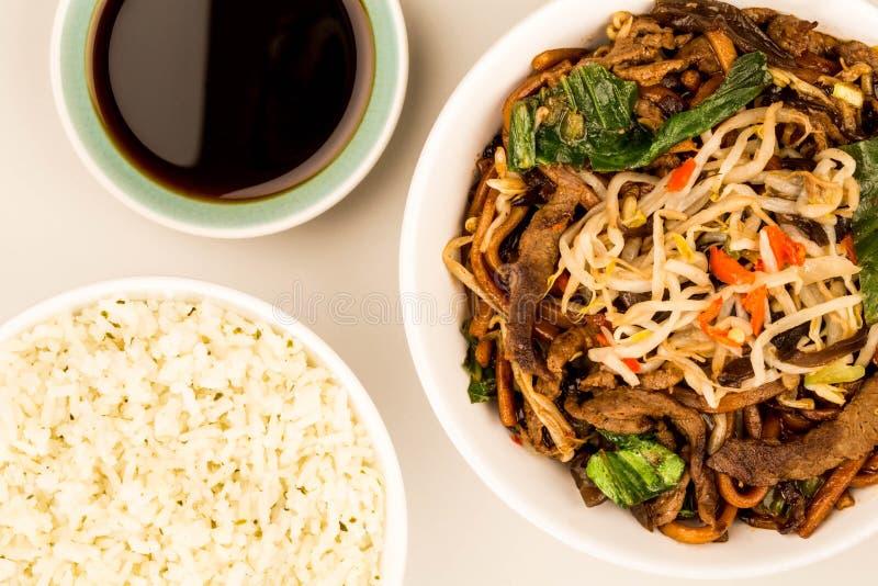 Frigideira chinesa Fried Shanghai Beef Noodles do estilo chinês imagens de stock royalty free