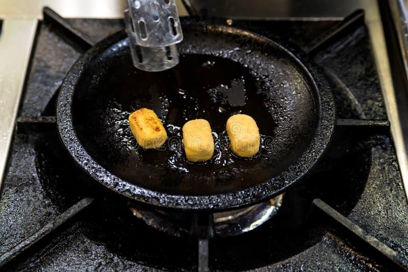 Frigideira com as bolas saborosos do queijo perto acima imagens de stock