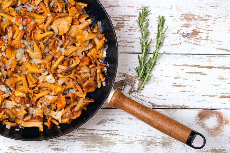 Frigideira com primas e as cebolas fritadas foto de stock royalty free