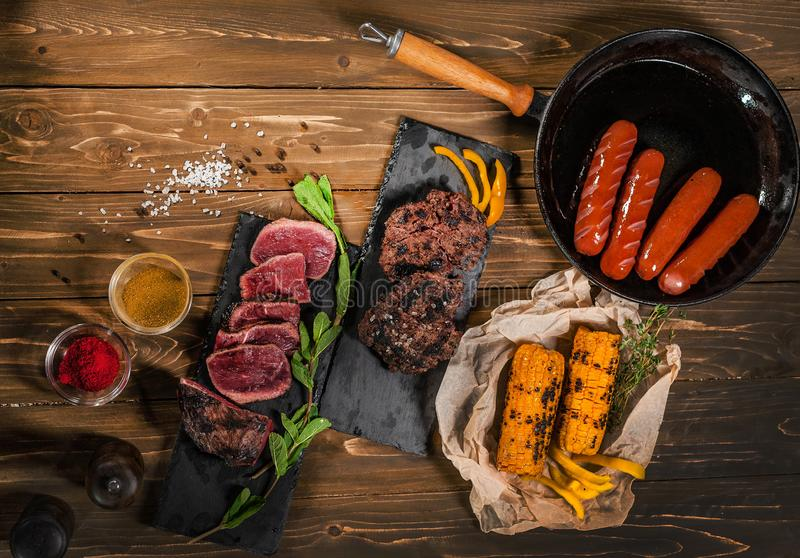 Frigideira, hortelã, milho, grade, salsichas na tabela de madeira fotografia de stock royalty free