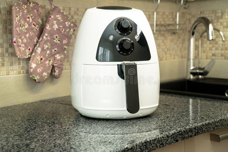 Frigideira profunda nova na superfície de trabalho na cozinha fotografia de stock royalty free