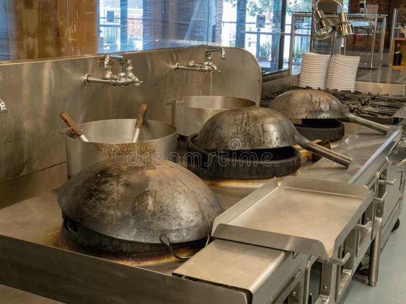 Frigideiras chinesa prontos para cozinhar na cozinha industrial imagem de stock royalty free
