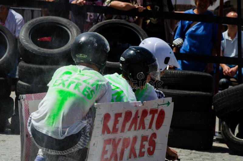 FRIGILIANA, ΙΣΠΑΝΙΑ - 13 Μαΐου 2018 αυτοκίνητα ` γίνεται έξαλλος ` - παραδοσιακή διασκέδαση που περιλαμβάνει το γύρο των αυτοκινή στοκ φωτογραφία με δικαίωμα ελεύθερης χρήσης