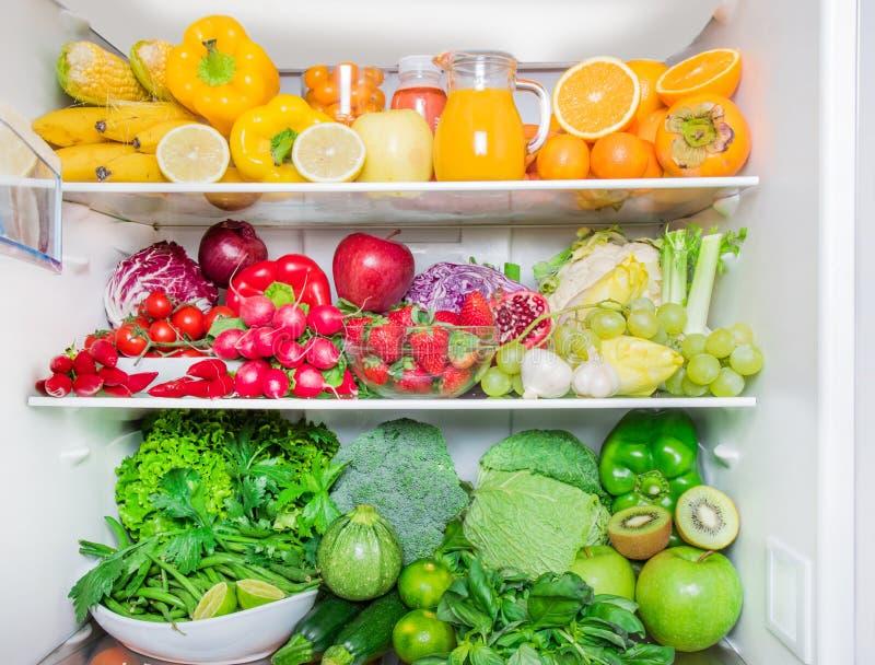 Frigorifero pieno con le verdure e la frutta immagine stock