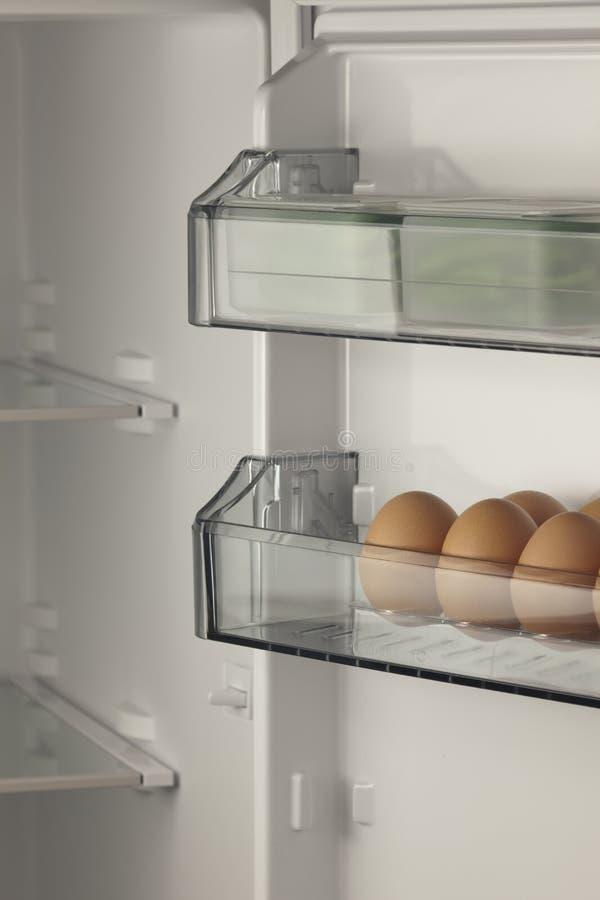 Frigorifero in pieno delle uova e degli ortaggi freschi fotografia stock libera da diritti